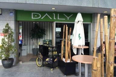 vista de la entrada del restaurante DAILY mostrando la cabecera con el Look del restaurante